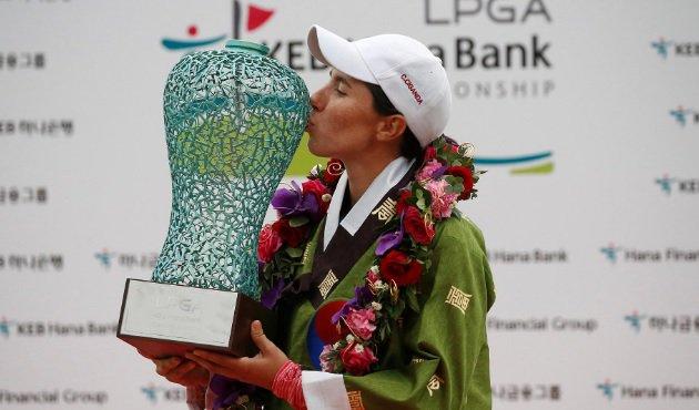 Carlota Ciganda, con el trofeo de campeona en Corea hace dos años.