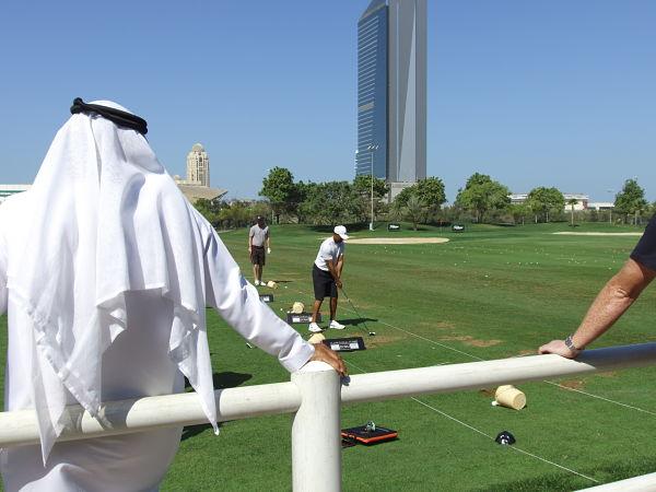 Tiger Woods, en la cancha de prácticas del Emirates Golf Club en su última participación ene l Dubai Desert Classic.