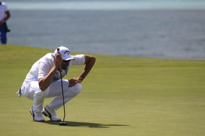 Alvaro Quiros estudia el putt decisivo en el hoyo 72. © Golffile | Fran Caffrey