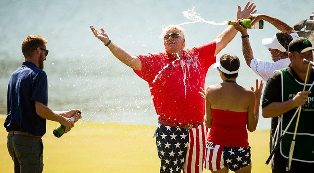 John Daly recibe el baño de champán como campeón. © PGA Tour Champions