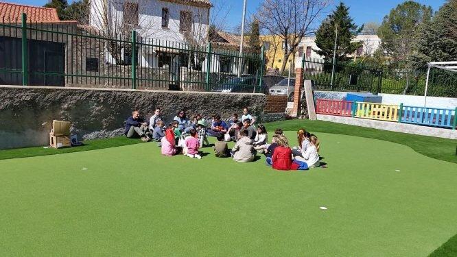 Los niños del colegio Los Olivos de Brea de Tajo en su green.
