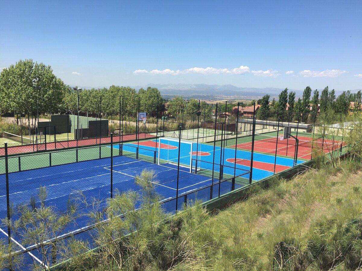 Las renovadas pistas de padel, tenis y polideportivo.