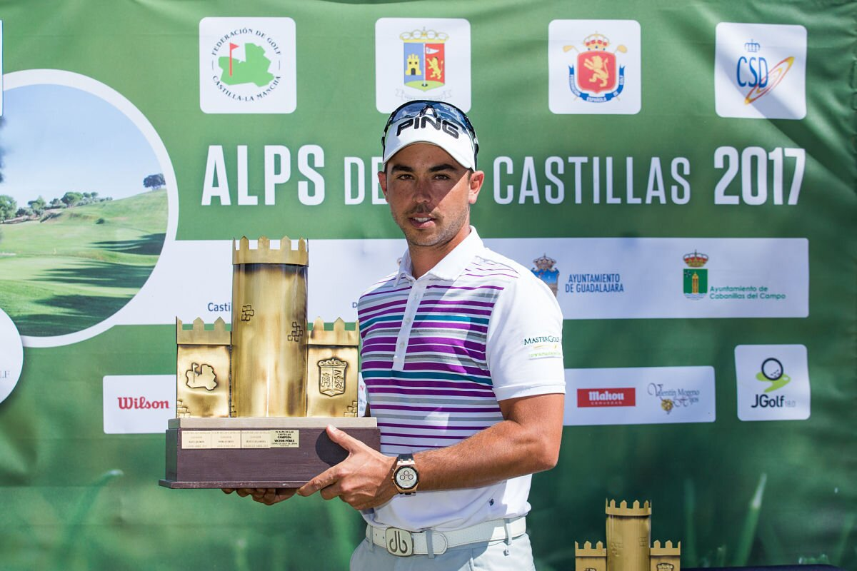 Sebastián García Rodríguez posa con el trofeo de campeón en el Alps Las Castilllas.