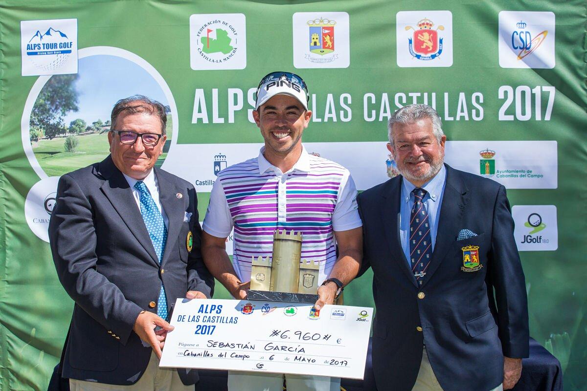 Sebastián García Rodríguez recoge el premio de las autoridades.