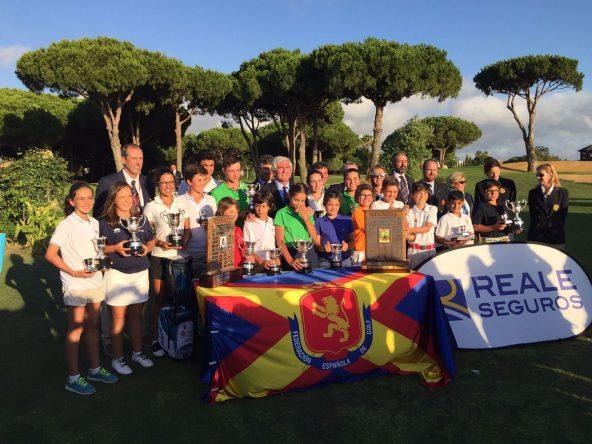 Los campeones del Campeonato de España Infantil, Alevín y Benjamín posan en la foto de familia. © Adolfo Juan Luna