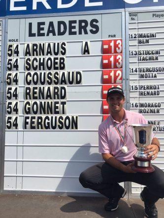 Adriá Arnaus posa con el trofeo de campeón del Villaverde Open del Alps Tour.