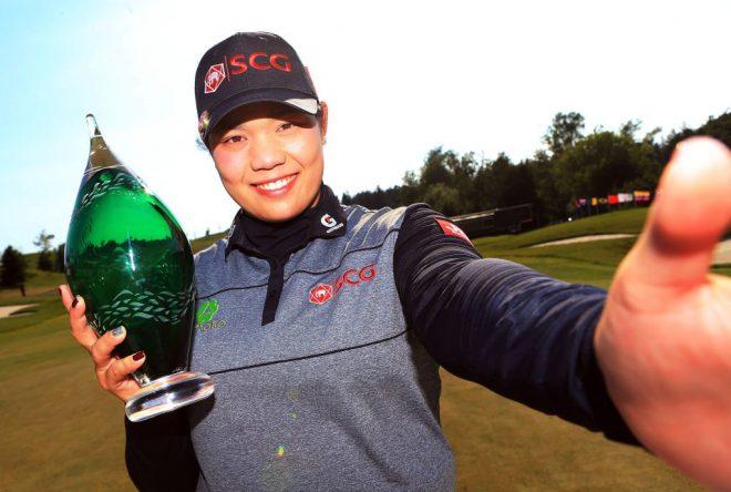 Ariya Jutanugarn se hace un selfie con el trofeo. © LPGA