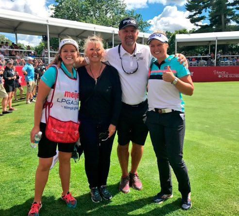Brooke Henderson, a la derecha, junto a su familia © LPGA Tour