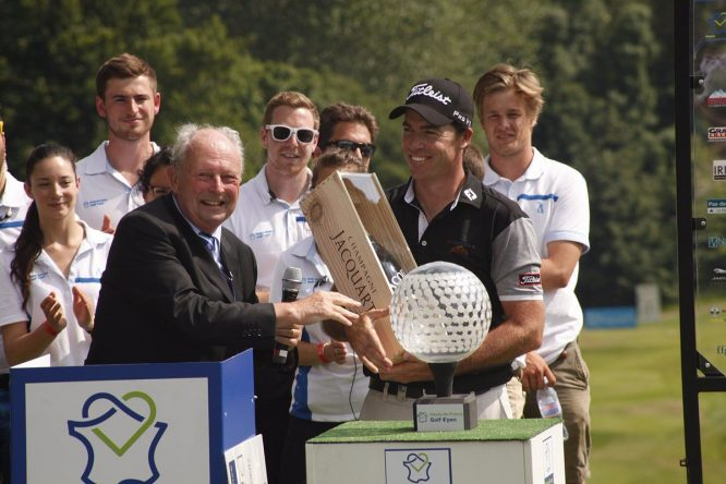 Julien Guerrier posa como campeón del Hauts of France Golf Open. © Challenge Tour