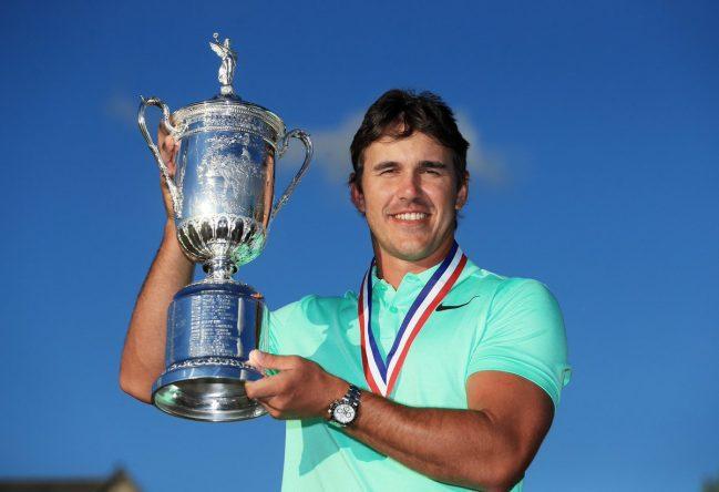Brooks Koepka posa con el trofeo de campeón del US Open.