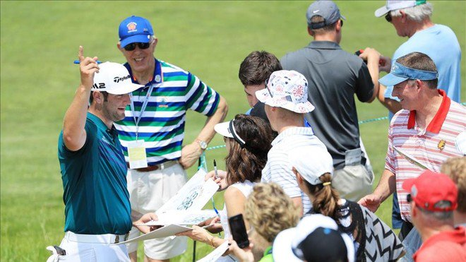 Jon Rahm firma autógrafos en el US Open.