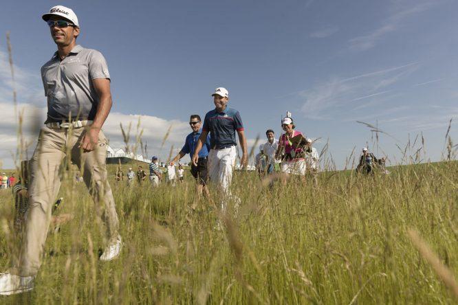 Rafa Cabrera Bello y Sergio García caminan por Erin Hills este miércoles. © USGA/Darren Carroll
