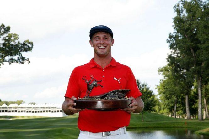 Bryson DeChambeau posa con el trofeo de ganador del John Deere Classic. © Twitter PGA Tour