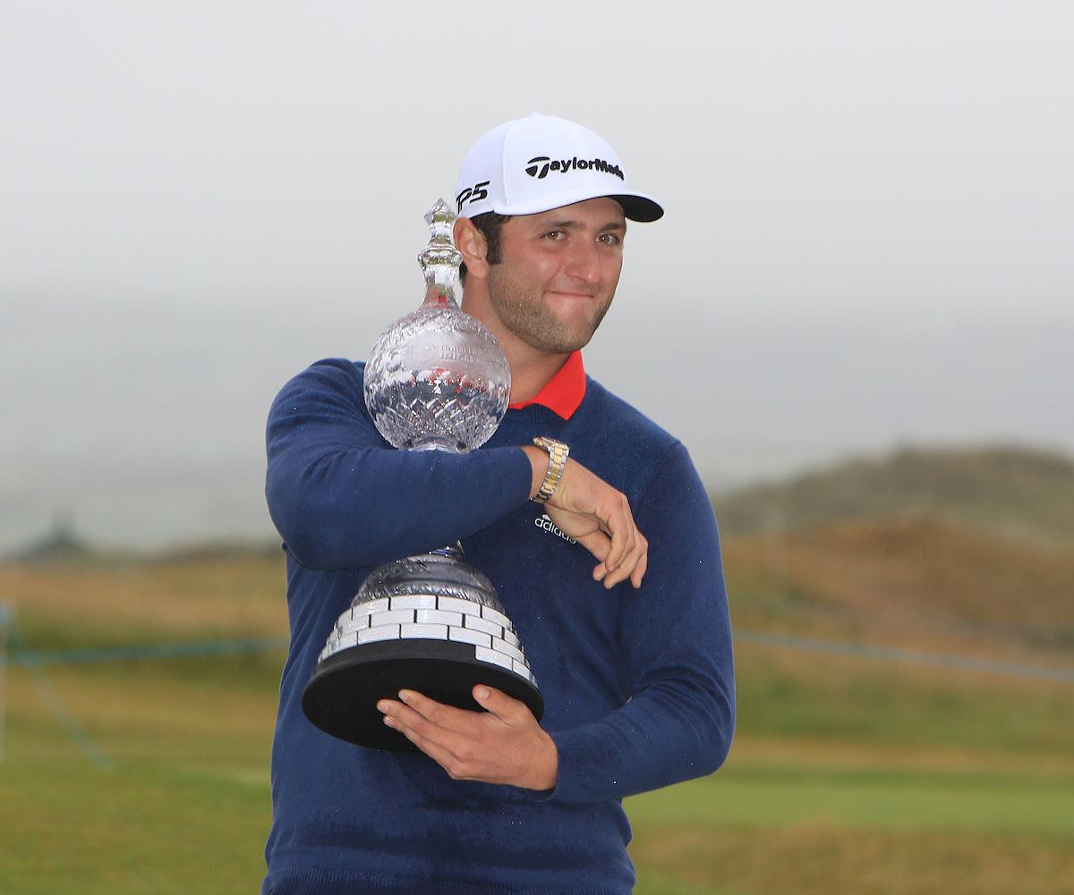 Jon Rahm, abrazado al trofeo de campeón del Irish Open. © Golffile | Thos Caffrey