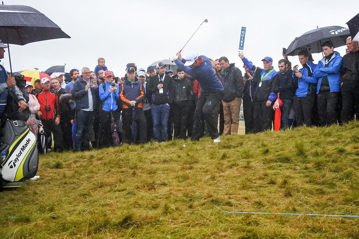 Jon Rahm, desde el rough en la última ronda en Irlanda. © Golffile | Fran Caffrey