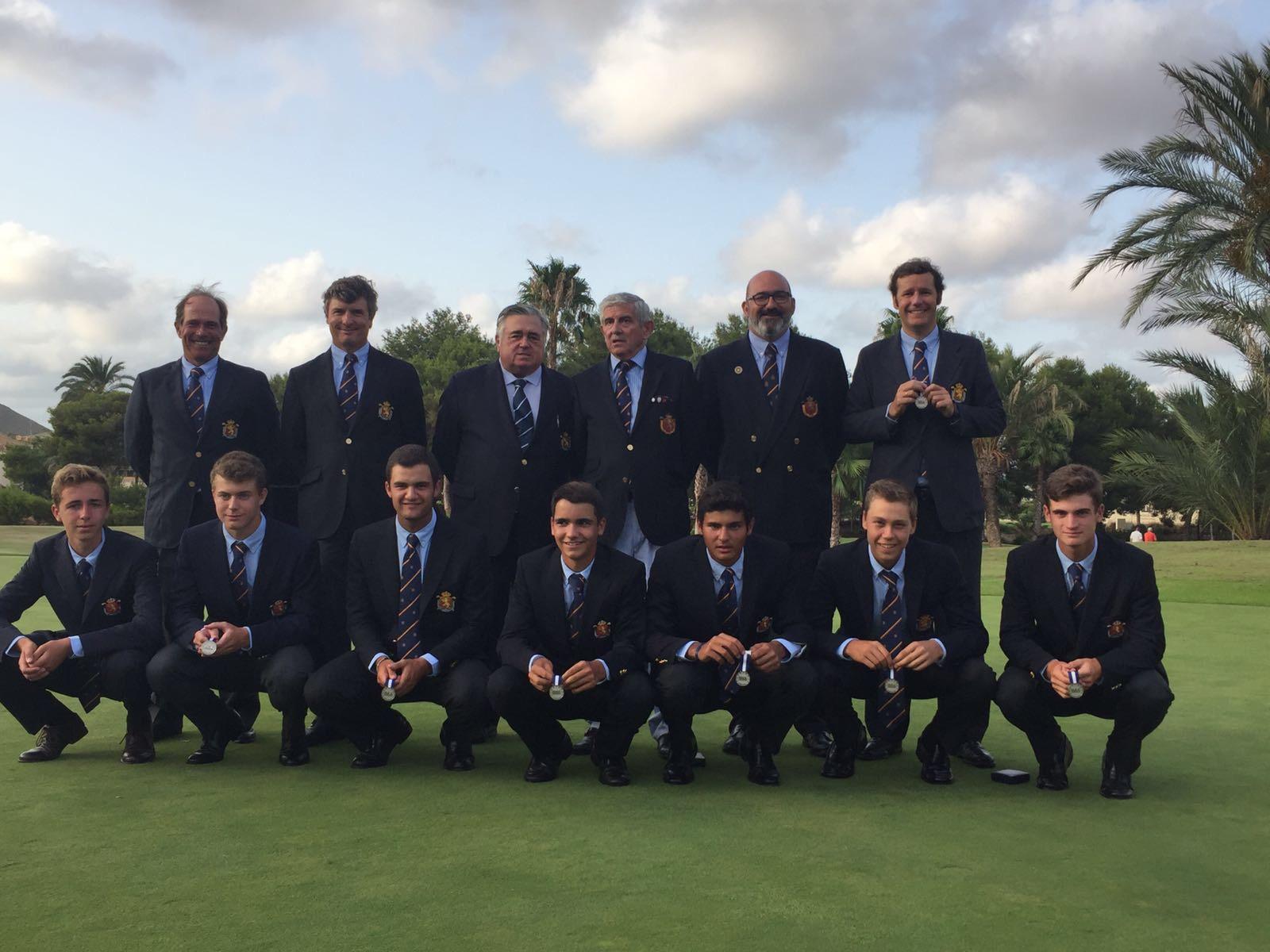 El equipo español sub 18 muestra la medalla de plata.