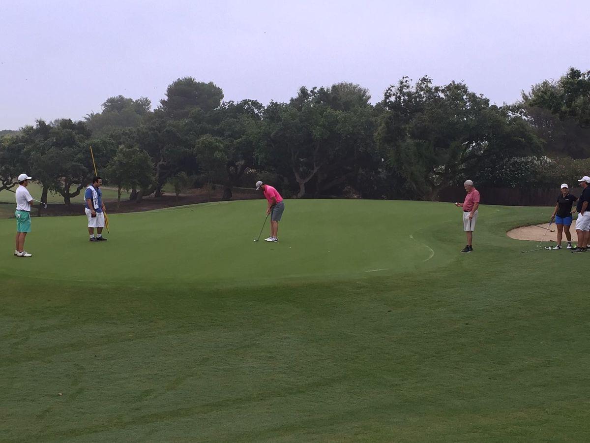 Jon Rahm patea en uno de los greenes del Real Club de Golf de Sotogrande.