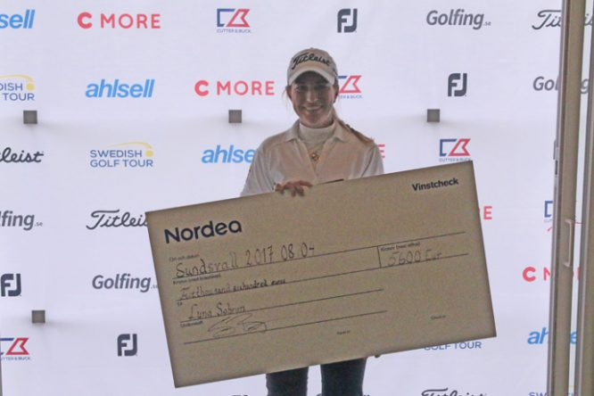 Luna Sobrón posa con el cheque de campeona de Castellum Ladies Open de Suecia. © LET Access