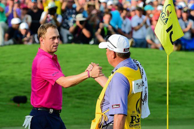 Justin Thomas saluda a su caddie Jimmy Johnson tras la última vuelta del PGA. © Golffile   Ken Murray