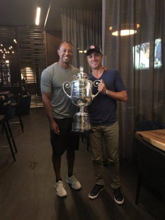 Tiger Woods y Justin Thomas, con el trofeo Wanamaker. © Twitter