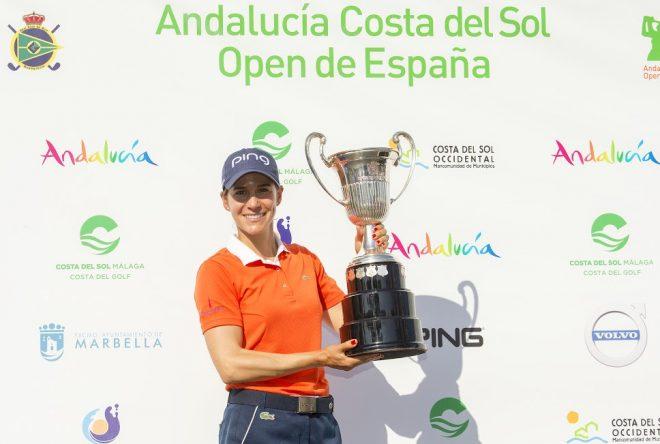 Azahara Muñoz con el trofeo de ganadora del Andalucía Costa del Sol Open De España Femenino. © Tristan Jones