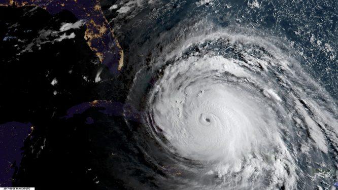 El Huracán Irma mientras avanza frente a Cuba hacia Florida.