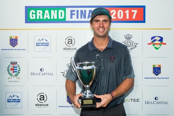Adriá Arnaus posa con el trofeo de campeón de la gran final del Alps Tour en Italia. © ALPS Tour