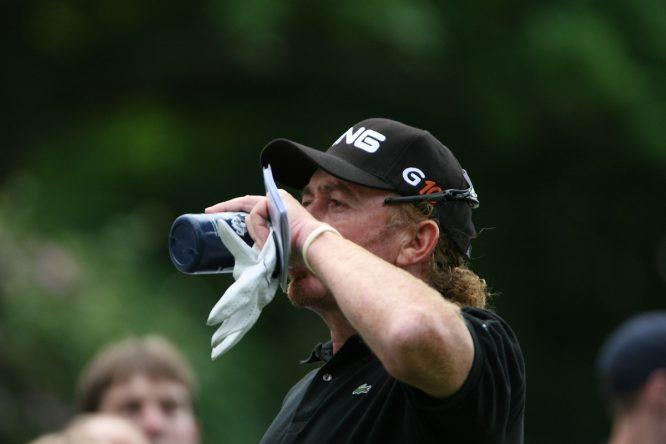 Miguel Ángel Jiménez bebe durante una ronda en el BMW PGA Championship. © Golffile
