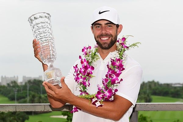 Erik Van Rooyen, posa con el trofeo de ganador del Hainan Open. © Twitter Challenge Tour