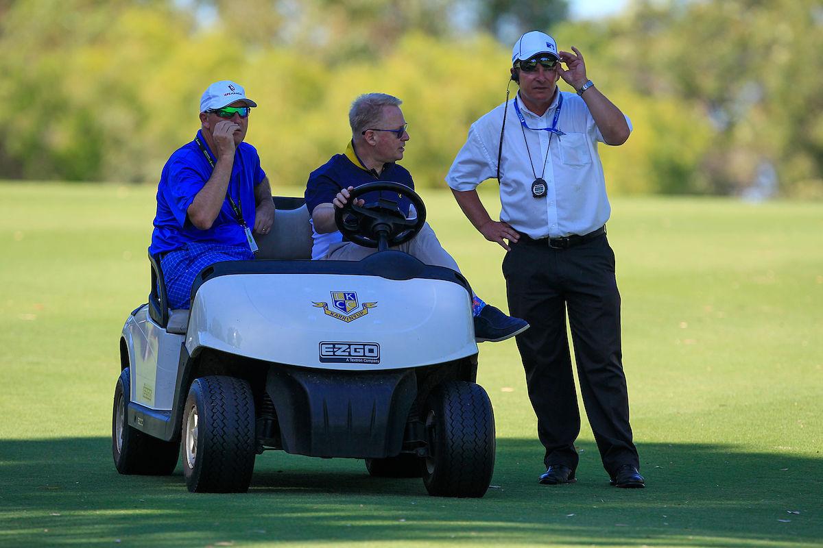 Keith Pelley habla con un árbitro durante el World 6 de Perth. © Thos Caffrey / Golffile