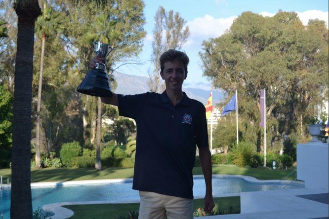 David Puig levanta la copa de campeón en Guadalmina. © Adolfo Juan Luna
