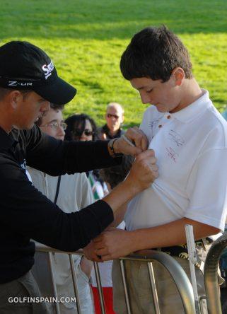 Stenson, firmando el polo de Rahm © Golfinspain