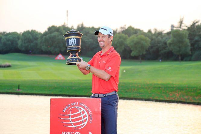 Justin Rose con el trofeo de ganador del WGC-HSBC Champions. © Golffile | Fran Caffrey