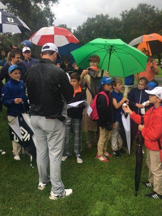 Jon Rahm firma autógrafos a varios niños durante esta semana en Valderrama.