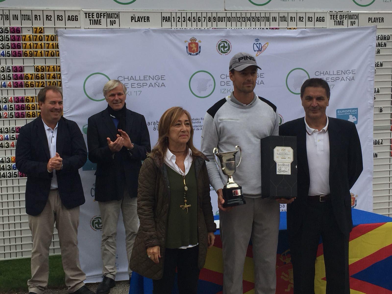 Victor Perez recibe el trofeo de campeón en Izki Golf.