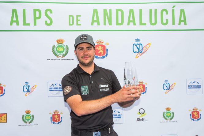 Clemens Gaster posa con el título de campeón del Alps Tour Andalucía. © Tristan Jones