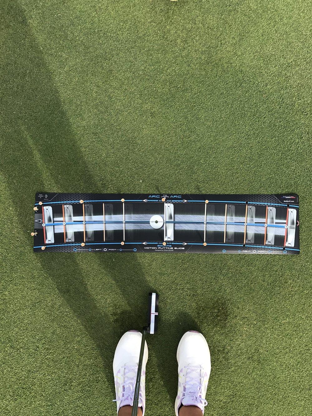 """Hay 3 tipos de WellStroke: STANDARD (6"""" in- 6"""" out), SQUARE (3"""" in- 3"""" out), and LIGHT (6"""" in- 3"""" out). Cada modelo tienes un arco distinto para que haya variedad a la hora de elegir dependiendo de vuestro swing de putt. Ya que el stance y la distance de la bola te de la cantidad de arco necesario. Yo uso el SQUARE."""