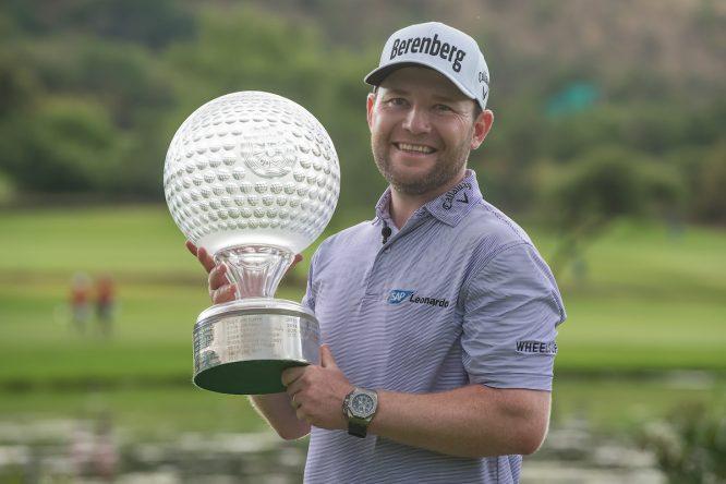 Branden Grace posa con el trofeo de ganador del Nedbank Golf Challenge, © Golffile | Tyrone Winfield