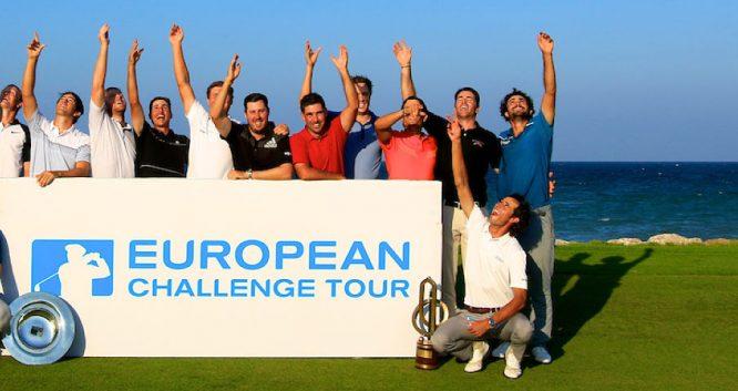 Pedro Oriol, abajo a la derecha, lanza la visera al aire como sus compañeros de 'graduación'. © Golffile | Phil Inglis