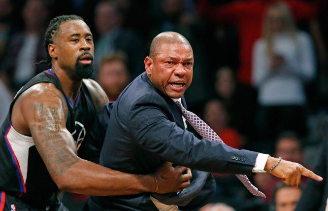 Doc Rivers, sujetado por un jugador