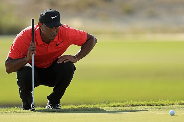 Tiger Woods analiza un putt durante la última ronda del Hero World Challenge. © PGA Tour