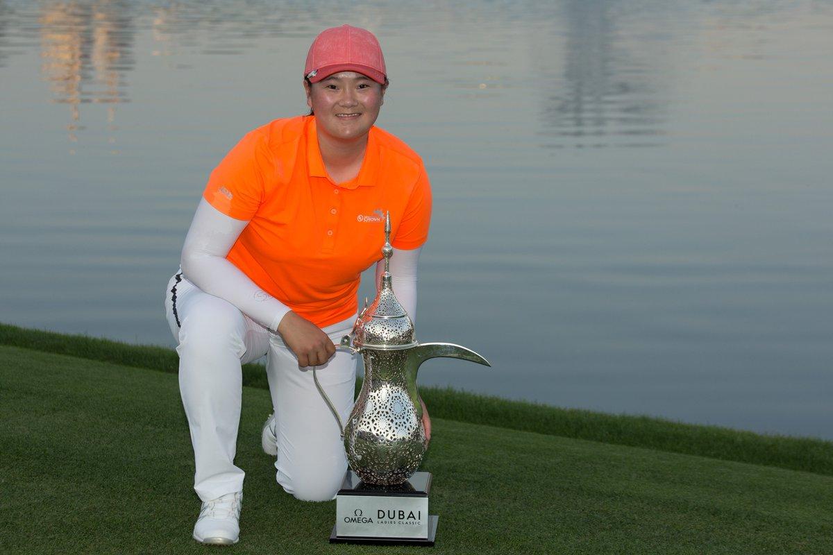 Angel Yin posa con el trofeo de campeona. © LET