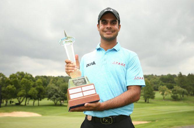 Shubhankar Sharma posa con el trofeo de ganador del Joburg Open. © Twitter European Tour