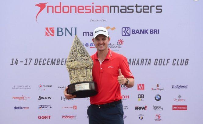 Justin Rose posa con el trofeo de campeón. © Asian Tour