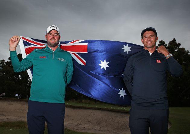 Marc Leishman y Adam Scott posan con la bandera de Australia en la Copa del Mundo celebrada el año pasado. © Scott Barbour/Getty Images