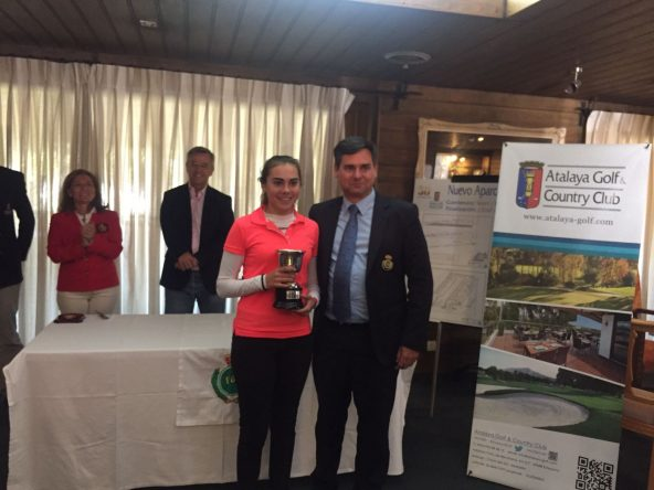 Laura Pasalodos, con el trofeo junto al presidente de la Federación Andaluza, Pablo Mansilla.