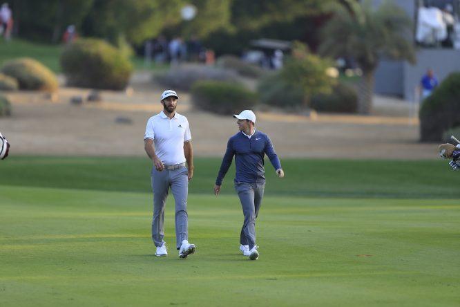 Dustin Johnson y Rory McIlroy durante la primera jornada en Abu Dhabi. © Golffile   Fran Caffrey