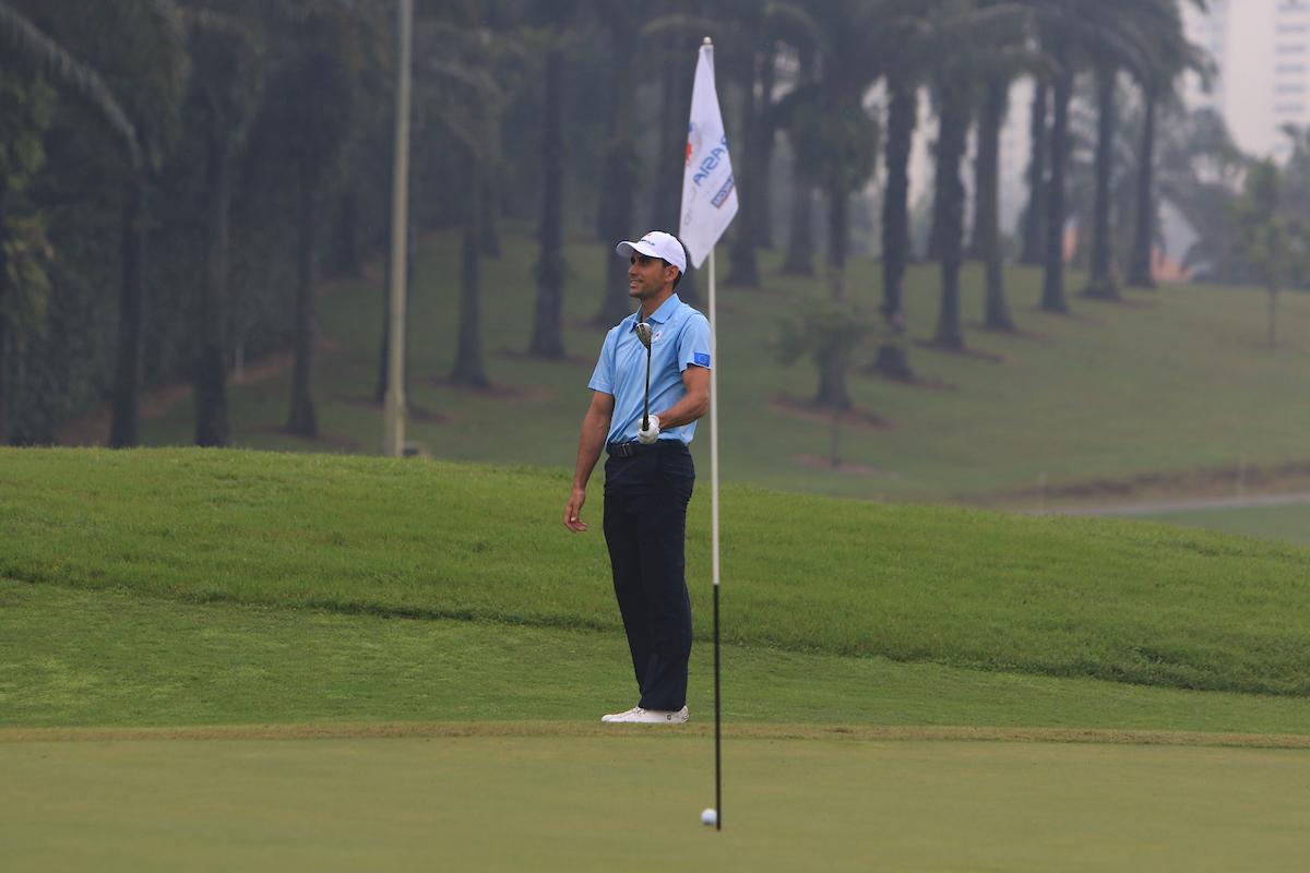 Rafa Cabrera Bello en el green del hoyo 4 de Glenmarie Golf durante los foursomes de la EurAsia Cup. © Golffile | Thos Caffrey
