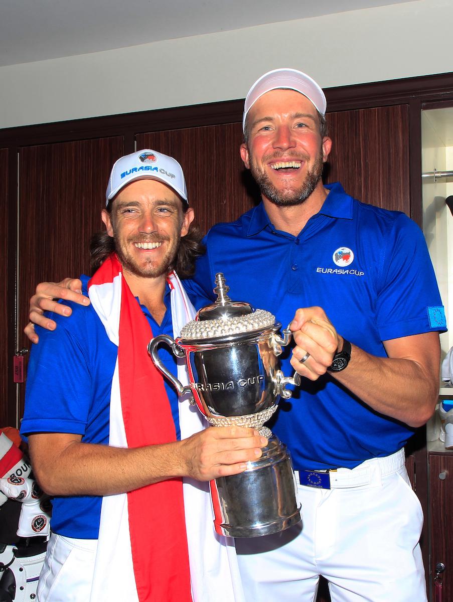 Tommy Fleetwood y su caddie con el trofeo de la EurAsia Cup. © Golffile | Thos Caffrey
