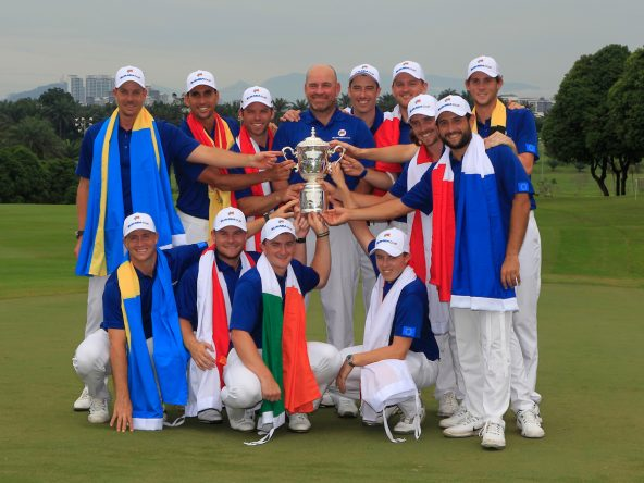 El equipo europeo posa con el trofeo de ganador de la EurAsia Cup. © Golffile | Thos Caffrey